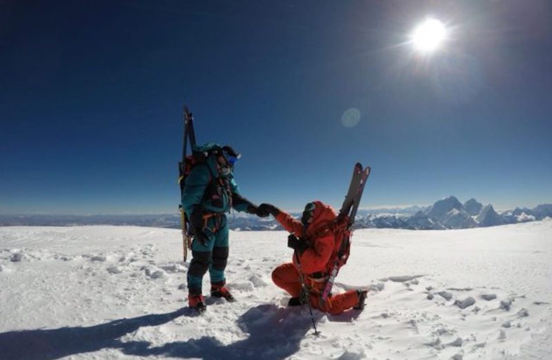 Caroline Gleich and Rob Lea proposing on Cho Oyu